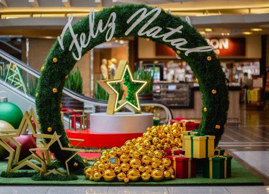 Decoração de Natal do Bourbon São Paulo com Papai Noel protegido e mensagens afetuosas